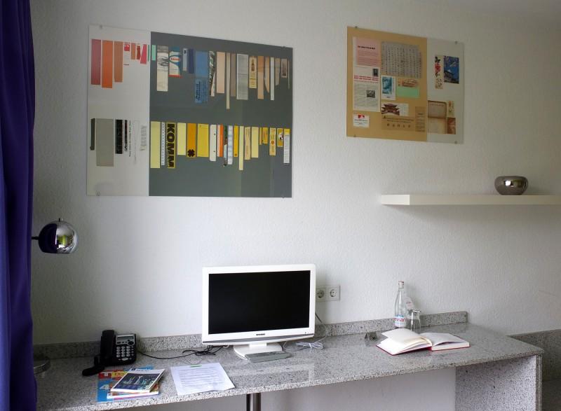 Hotelzimmer 206 mit Lesezeichen-Schautafel / Hotel room 206 with bookmark chart