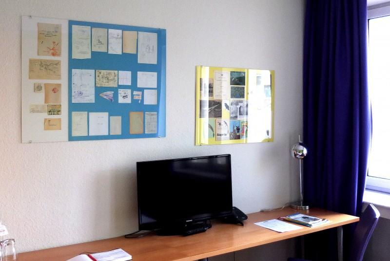 Hotelzimmer mit Lesezeichen-Schautafel / Hotel room with bookmark chart