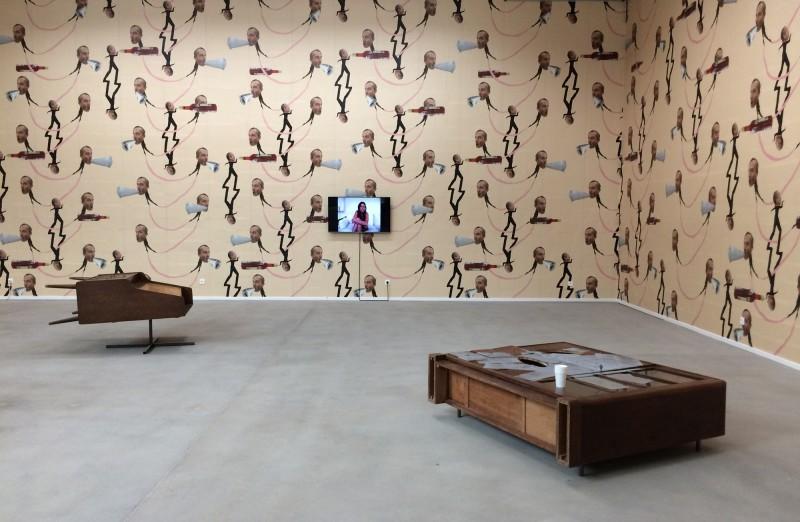 Erwin Wurm - Rauminstallation mit Untitled 2011 - Rede zur Lage der Nation - Video 206 - Untitled (Credenza 2) 2011- Lehmbruck Museum Duisburg