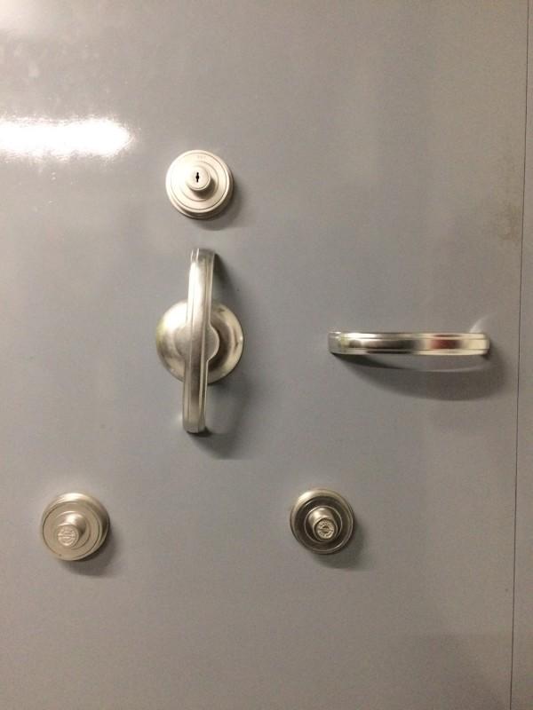 Tresortür Detail - 6-Augen-Prinzip - 3 Schlüssel von 3 unterschiedlichen Personen<br>Detail of the vault door -