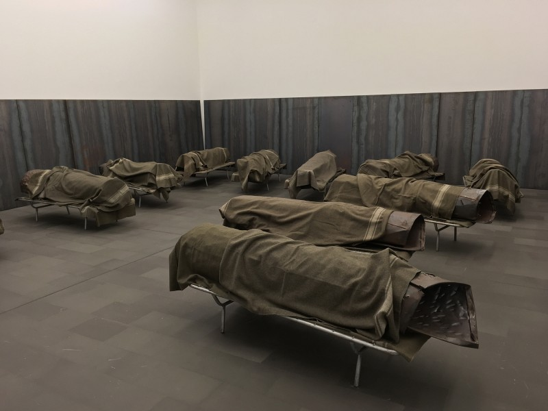 Jannis Kounellis - ohne Titel - untitled  2000 - 11 Lazarettbetten, 11 Stahl-Körper, 19 Stahlpalten, 35 Militärwolldecken / 11 military hospital beds, 11 steels units, 19 steel plates, 35 army blankets - im Museum Küppersmühle 2018