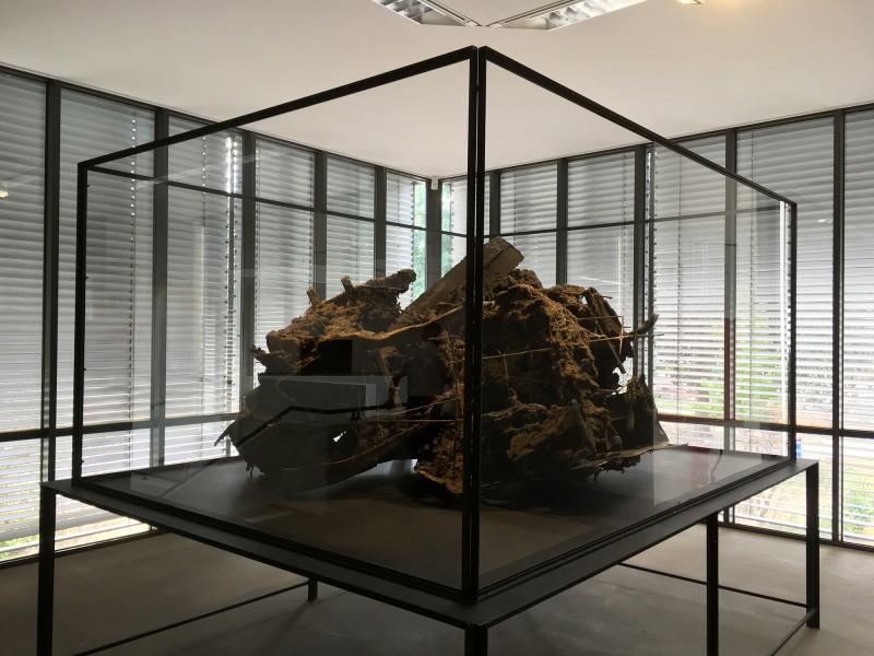 Peter Buggenhout: Die Blinden führen die Blinden  Nr. 31/ The Blind Leading the Blind  No 31 - 2009 im Lehmbruck Museum Reichtum Schwarz ist Gold
