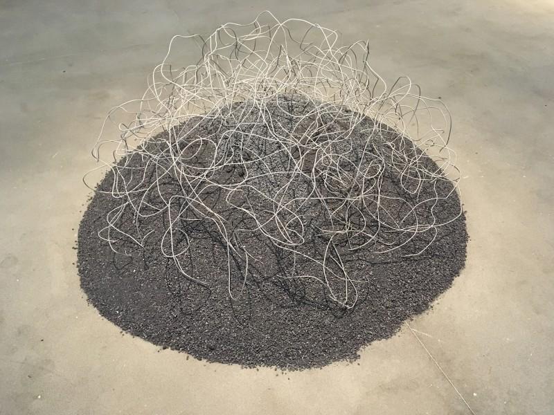 Reiner Ruthenbeck: Aschenhaufen IV über Drahtknäuel / Ash Heap IV over wire - 1978 im Lehmbruck Museum Reichtum Schwarz ist Gold