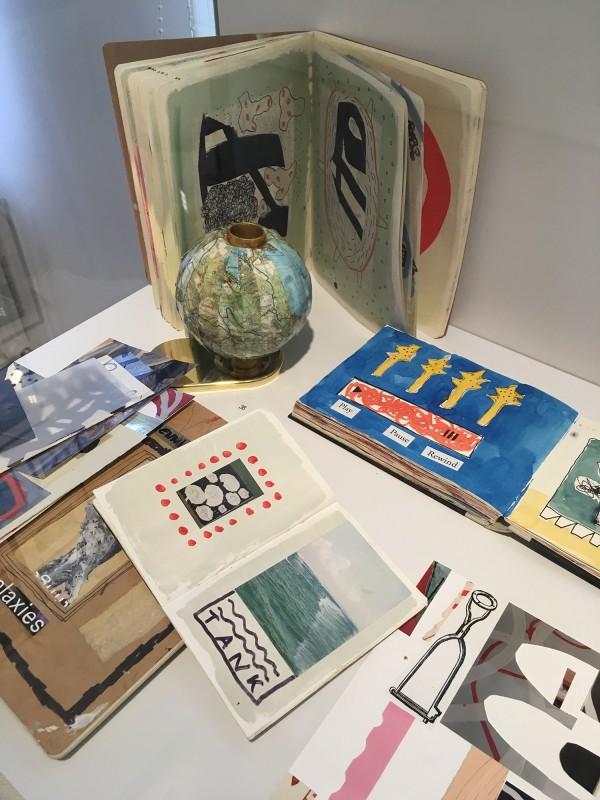 Detail Schaukasten 2 - mit Werken von Henning Eichinger - Skizzenbücher Skizzen Collagen Fotos - und Yvonne Kendall - The Lake Planet Nr.2 (38) - im Wilhelm-Fabry-Museum - Coming Full Circle
