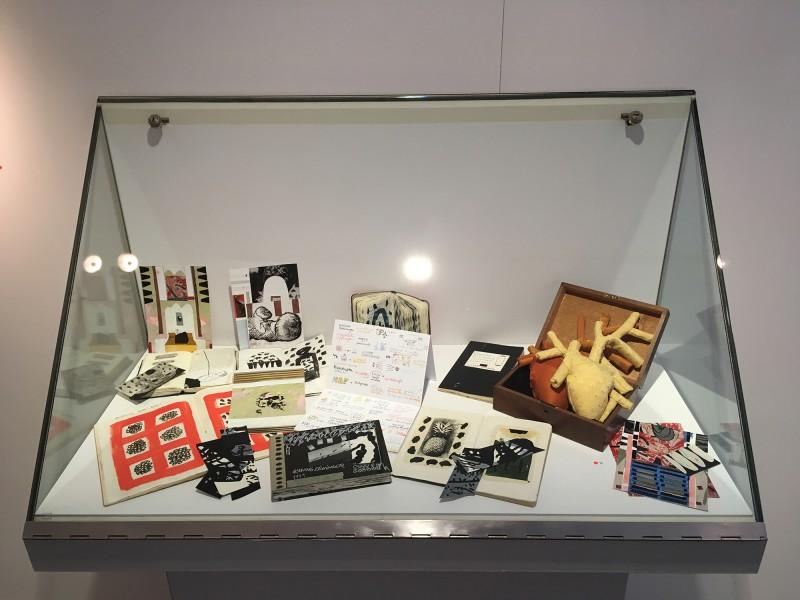 Schaukasten 1 - mit Werken von Henning Eichinger - Skizzenbücher Skizzen Collagen Fotos - und Yvonne Kendall im Wilhelm-Fabry-Museum - Coming Full Circle