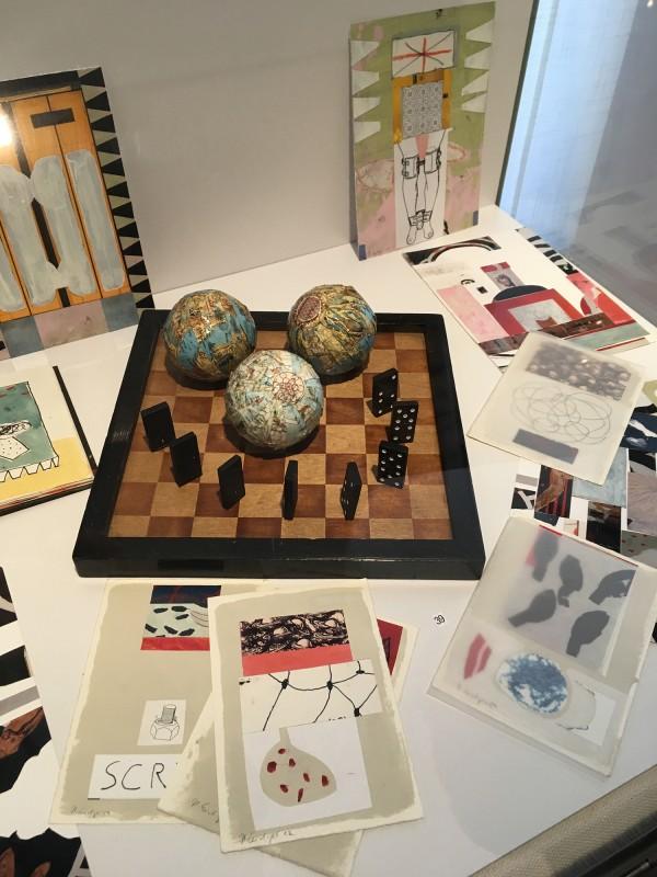 Detail Schaukasten 2 - mit Werken von Henning Eichinger- Skizzenbücher Skizzen Collagen Fotos - und Yvonne Kendall - Game Plan 2018 (39) - im Wilhelm-Fabry-Museum - Coming Full Circle