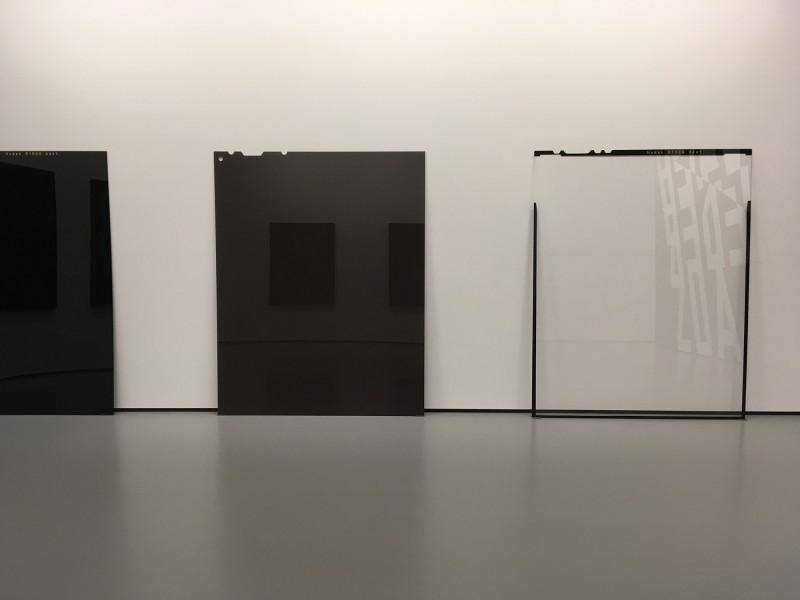 Philipp Goldbach - von links nach rechts: Kodak E100G (unbelichtet, unentwickelt) - 2015 / Fujifilm NPS (belichtet, unentwickelt) - 2012 / Kodak E100G (überbelichtet, entwickelt) - 2012 - im MuT Bochum