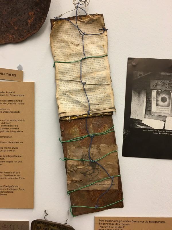 Detail 1 von Enzyklopaedie im Wald 1952 - 1972 Armand Schulthess -  aus dem Ausstellungsbereich Der Hang zum Gesamtkunstwerk in der Kunsthalle Duesseldorf - Harald Szeemann Museum der Obsessionen