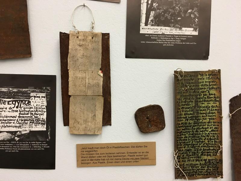 Detail 3 von Enzyklopaedie im Wald 1952 - 1972 Armand Schulthess -  aus dem Ausstellungsbereich Der Hang zum Gesamtkunstwerk in der Kunsthalle Duesseldorf - Harald Szeemann Museum der Obsessionen