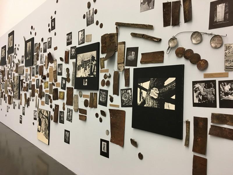 Enzyklopaedie im Wald 1952 - 1972 Armand Schulthess -  aus dem Ausstellungsbereich DER Hang zum Gesamtkunstwerk in der Kunsthalle Duesseldorf - Harald Szeemann Museum der Obsessionen 2