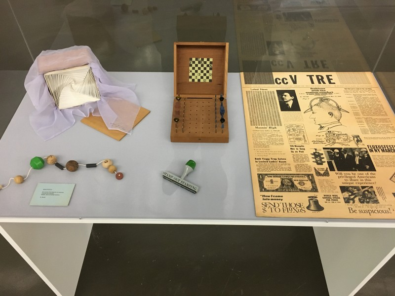 FluxusVitrine 3 in der Kunsthalle Duesseldorf - Harald Szeemann Museum der Obsessionen