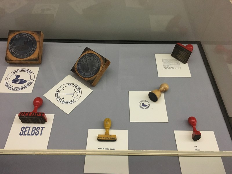 Harald Szeemann - Museum der Obsessionen - Kunsthalle Duesseldorf - Stempel und Paketklebeband ca 1969 - 1975 - 2. Teil der Vitrine