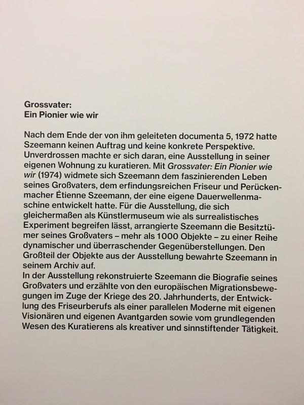 Infotafel zur Ausstellung Harald Szeemann - Grossvater - Ein Pionier wie wir - in der Kunsthalle Duesseldorf