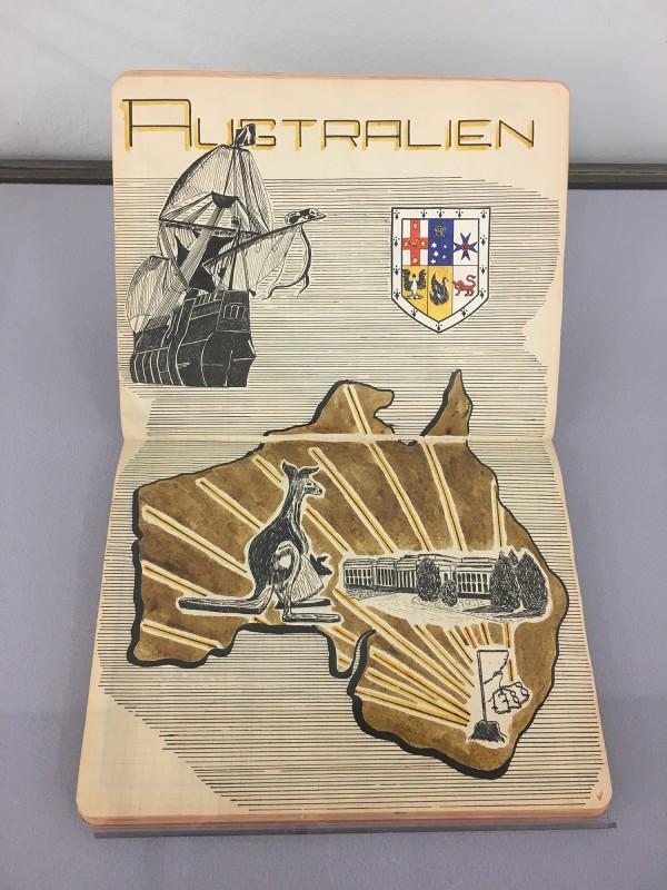 Zeichnung von Australien in Szeemanns Topografie Schulheft ca 1948 - 1952 -  aus dem Ausstellungsbereich Geografien in der Kunsthalle Duesseldorf - Harald Szeemann Museum der Obsessionen