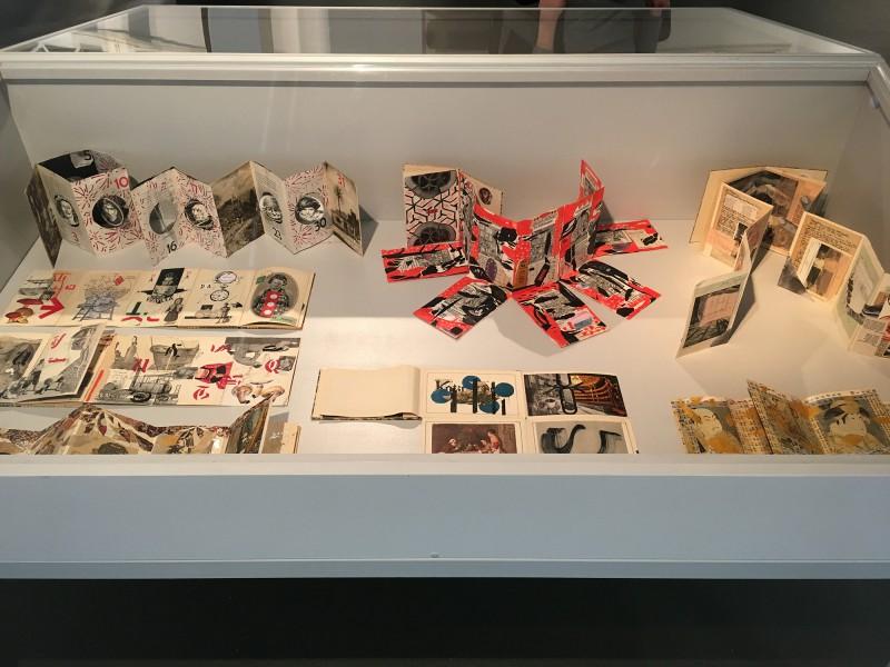 PAPA MAMA DADA - Neue Sächsische Galerie Chemnitz - The Unequal Twins - Die Ungleichen Zwillinge Vitirine