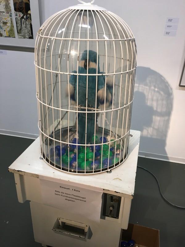 PAPA MAMA DADA - Neue Saechsische Galerie Chemnitz - Sprechender Papageienautomat