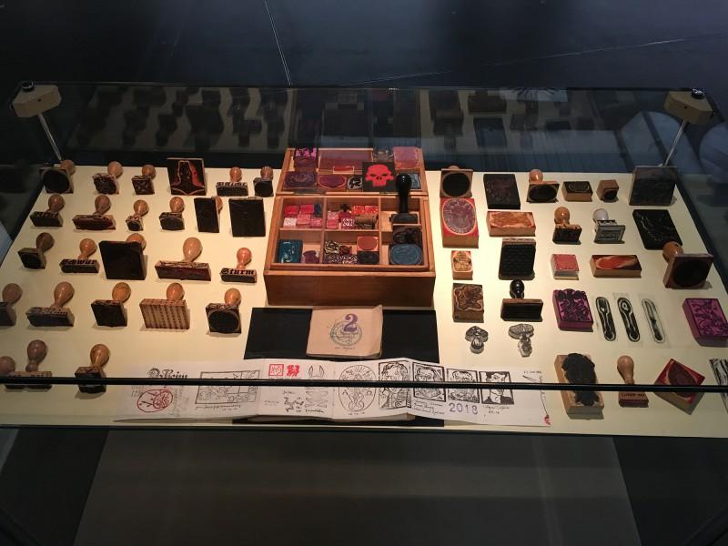 PAPA MAMA DADA - Neue Sächsische Galerie Chemnitz - Stempelvitirine mit Stempeln von/ Rubber stamps from Frank Voigt Volker Lenkeit Petra Lorenz