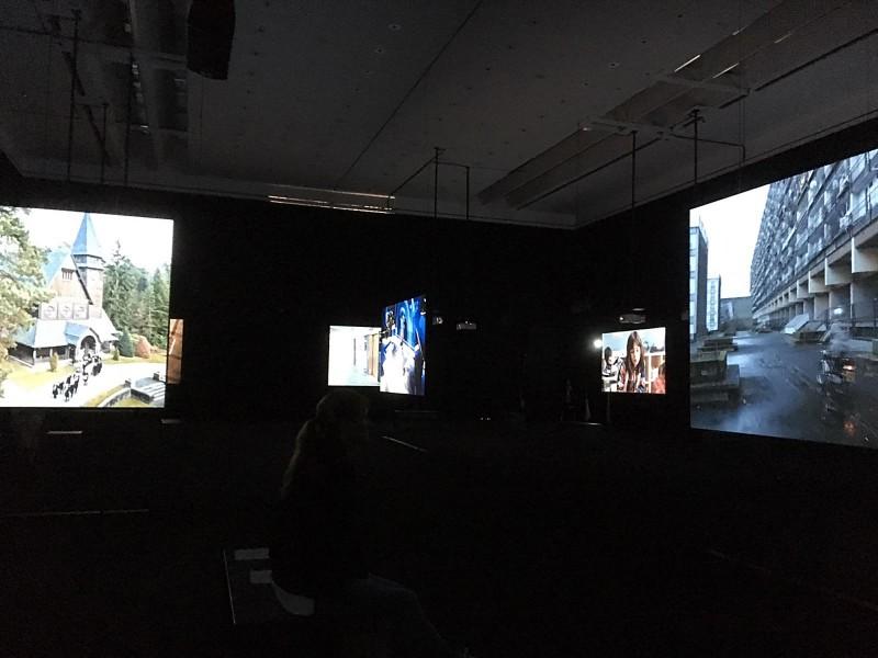 Julian Rosefeldt- Manifesto 2015 Filminstallation 12 films each 10-30 minutes, 1 intro-film 4 minutes, total length 130 minutes - Installationsansicht 3
