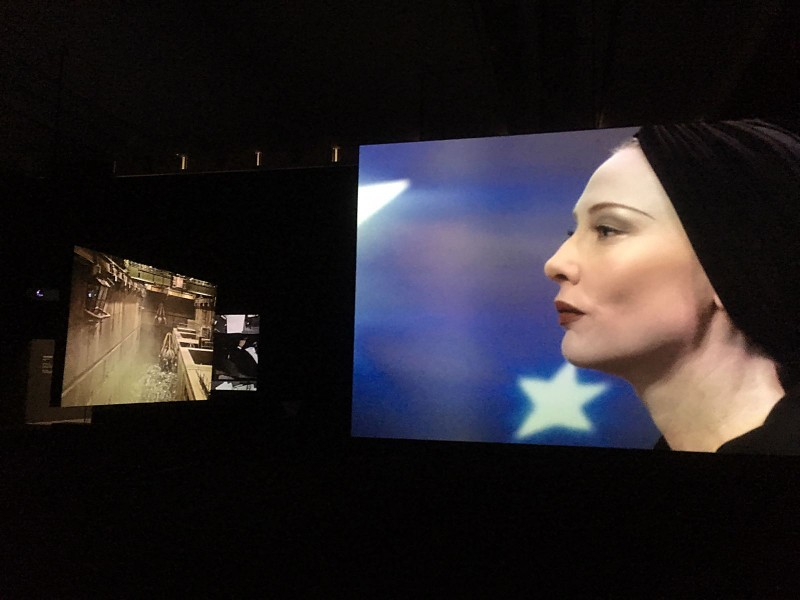 Julian Rosefeldt- Manifesto 2015 Filminstallation 12 films each 10-30 minutes, 1 intro-film 4 minutes, total length 130 minutes - Installationsansicht 4