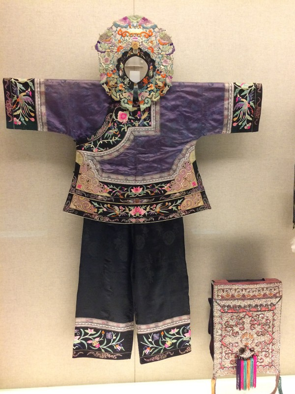 Woamn´s outfit embroidered with bird and flower motif - Tujia - Songtao, Guizhou, The 1st half of the 20th century
