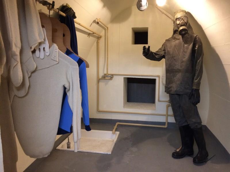 Dekontaminationsraum mit Dusche und ABC Schutzanzug im Bundesbank Bunker Cochem<br>Decontamination room with shower and ABC protection suit