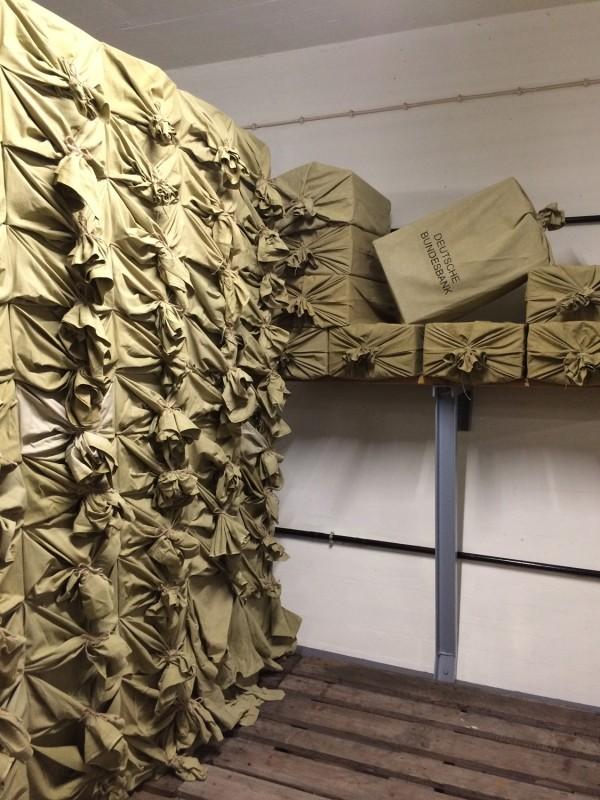 Im Tresorraum - Geldsäcke<br>Inside the vault - money bags
