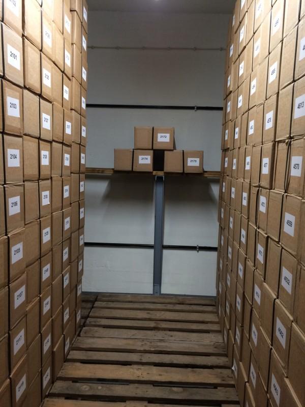 Im Tresorraum - Kartons voller Austauschgeld<br>Inside the vault - boxes full of exchange money