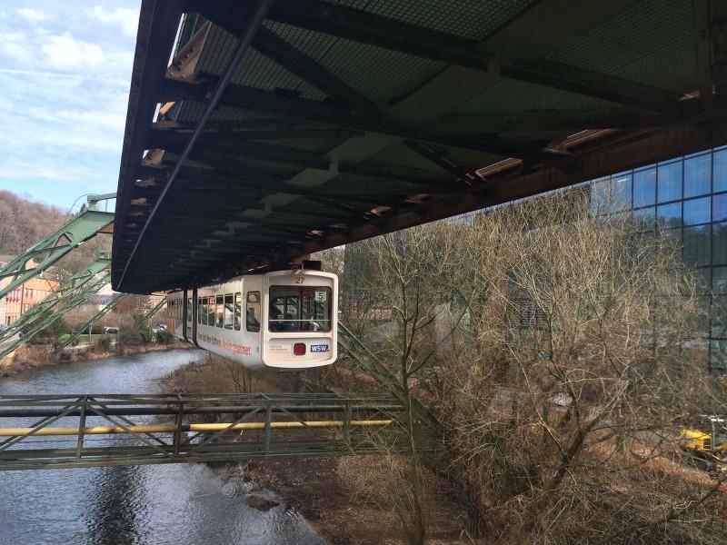 Schwebebahnfahrt Wuppertal - Gegenverkehr