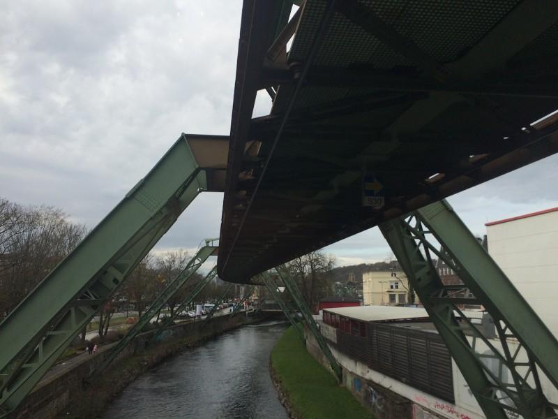 Schwebebahnfahrt Wuppertal - über die Wupper