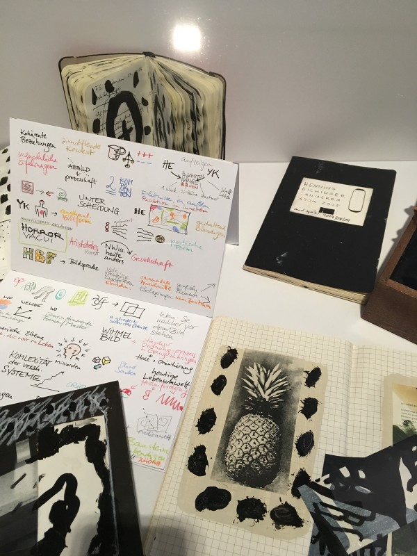 Detail Schaukasten 1 -Skizzenbücher Skizzen Collagen Fotos  von Henning Eichinger im Wilhelm-Fabry-Museum - Coming Full Circle