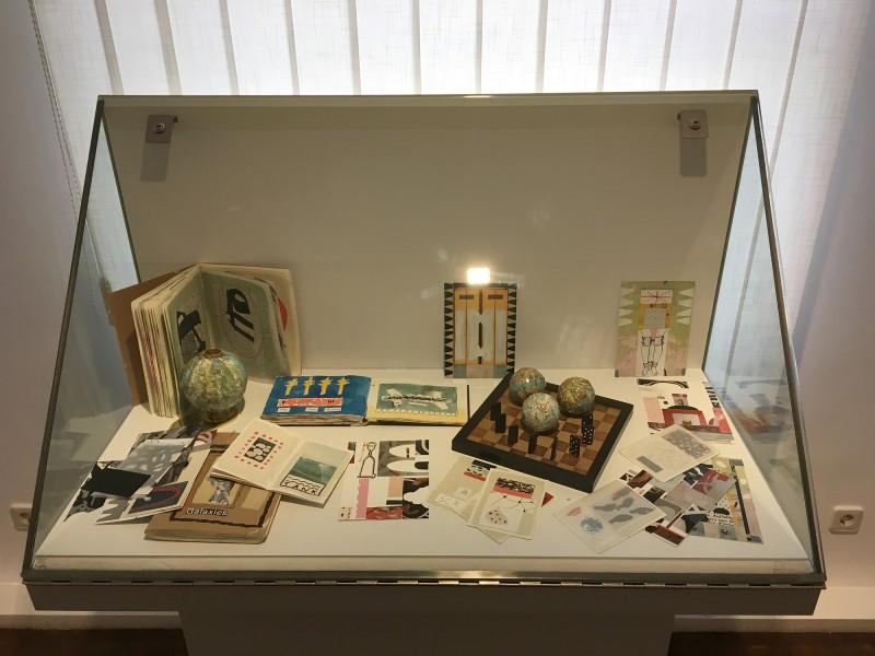 Schaukasten - 2 - mit Werken von Henning Eichinger - Skizzenbücher Skizzen Collagen Fotos - und Yvonne Kendall im Wilhelm-Fabry-Museum - Coming Full Circle