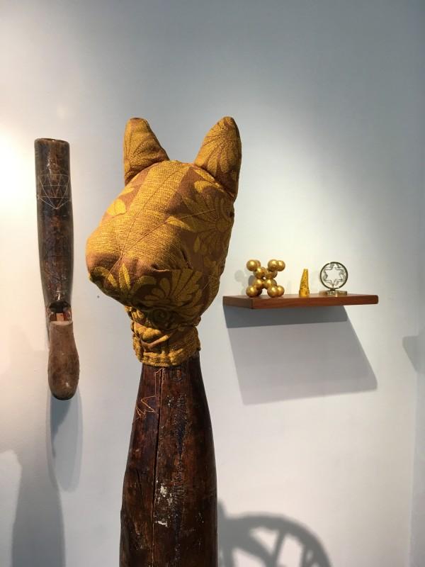 Yvonne Kendall - Plotting the journey 2017 (links hinten) / Star Gazer 2018 (Vordergrund) / Shelf 1 Time and Space 2018 - im Wilhelm-Fabry-Museum Hilden - Coming Full Circle 2018