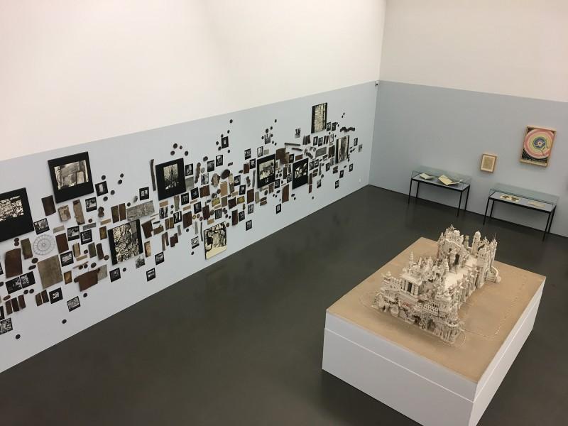 Aufsicht auf den Ausstellungsbereich Utopien und Visionaere in der Kunsthalle Duesseldorf - Harald Szeemann Museum der Obsessionen