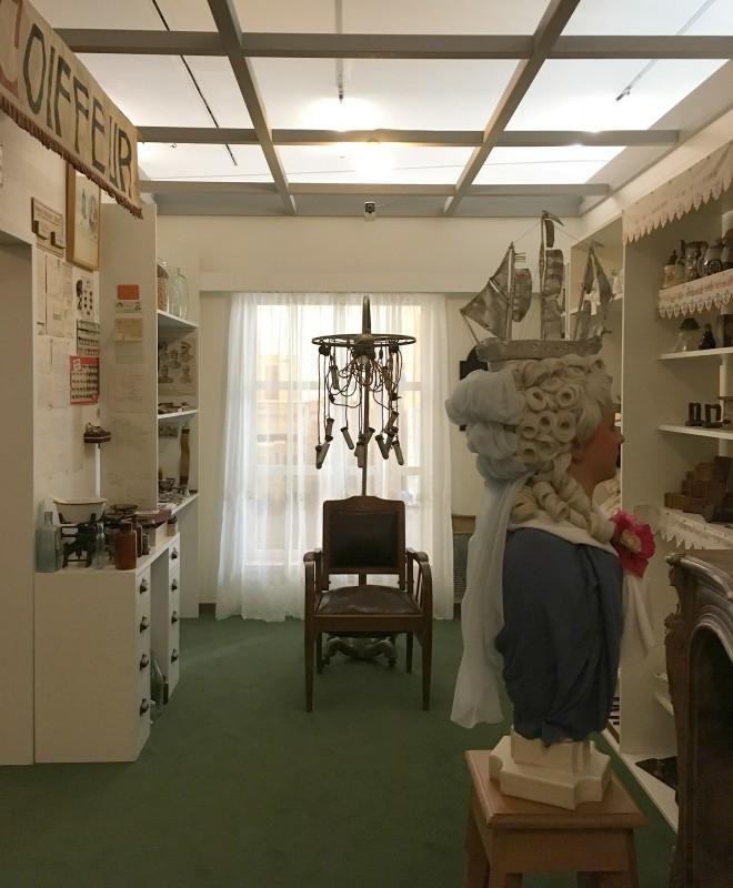 Blick in den Friseursalon in der Ausstellung Harald Szeemann - Grossvater - Ein Pionier wie wir - in der Kunsthalle Duesseldorf
