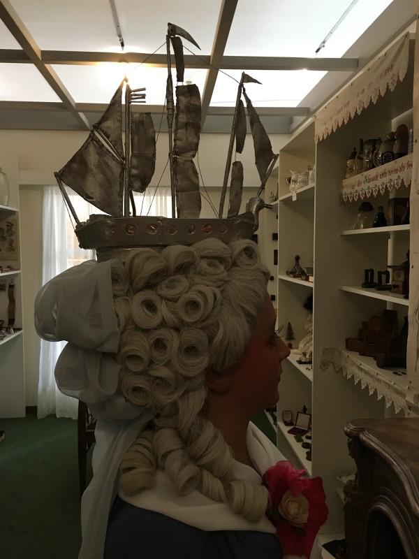 Coiffure Louis XVI La Belle Poule ausgefuehrt durhc Grossvater - in der Ausstellung Harald Szeemann - Grossvater - Ein Pionier wie wir - in der Kunsthalle Duesseldorf 2