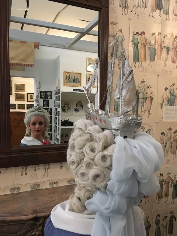 Coiffure Louis XVI La Belle Poule ausgefuehrt durhc Grossvater - in der Ausstellung Harald Szeemann - Grossvater - Ein Pionier wie wir - in der Kunsthalle Duesseldorf