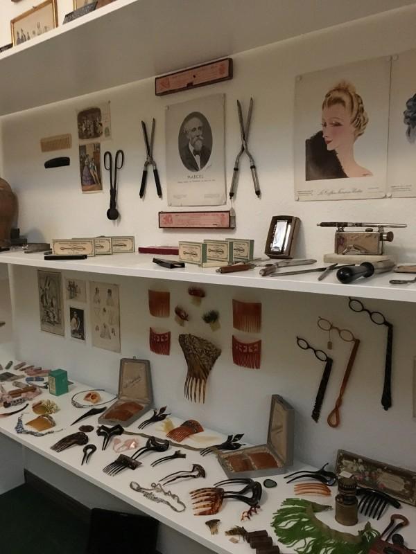 Detail 4 Friseursalon in der Ausstellung Harald Szeemann - Grossvater - Ein Pionier wie wir - in der Kunsthalle Duesseldorf