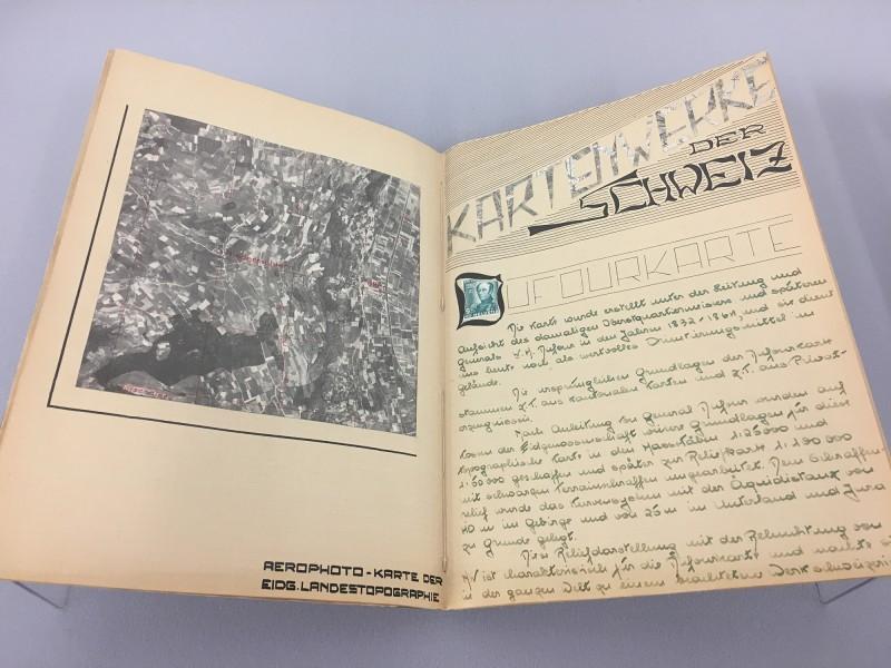 Szeemanns-Topografie Schulheft ca 1948 - 1952 -  aus dem Ausstellungsbereich Geografien in der Kunsthalle Duesseldorf - Harald Szeemann Museum der Obsessionen