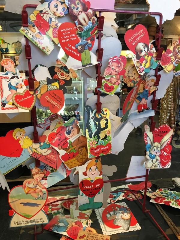 Vintage Valetines Greetings in einem Secondhand Laden in Savannah 1